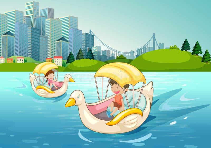 Παιδιά που οδηγούν στη βάρκα παπιών στη λίμνη ελεύθερη απεικόνιση δικαιώματος