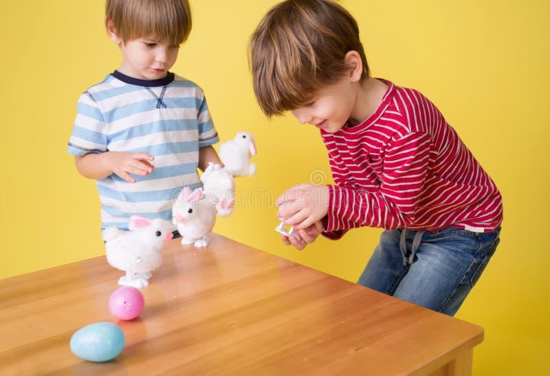 Παιδιά που παίζουν με τα παιχνίδια λαγουδάκι Πάσχας στοκ φωτογραφία με δικαίωμα ελεύθερης χρήσης