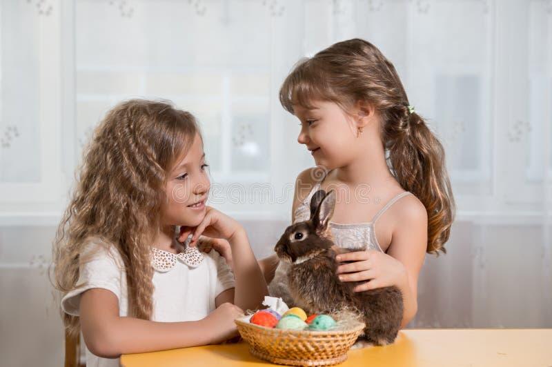 Παιδιά που παίζουν με το λαγουδάκι Πάσχας στοκ φωτογραφία με δικαίωμα ελεύθερης χρήσης