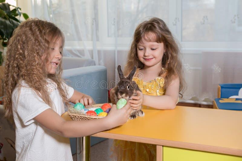 Παιδιά που παίζουν με το λαγουδάκι Πάσχας στοκ εικόνα με δικαίωμα ελεύθερης χρήσης