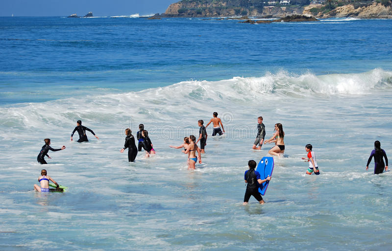 Παιδιά που παίζουν στην κυματωγή της νυσταλέας κοίλης παραλίας στο Λαγκούνα Μπιτς, Καλιφόρνια στοκ φωτογραφία με δικαίωμα ελεύθερης χρήσης