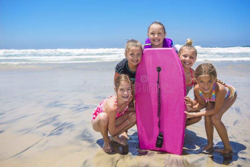 Παιδιά που παίζουν στην παραλία μαζί ενώ στις διακοπές στοκ εικόνες