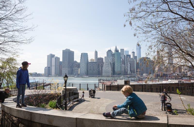 Παιδιά που παίζουν στην περιοχή για τη χαλάρωση στο Μπρούκλιν στοκ φωτογραφίες