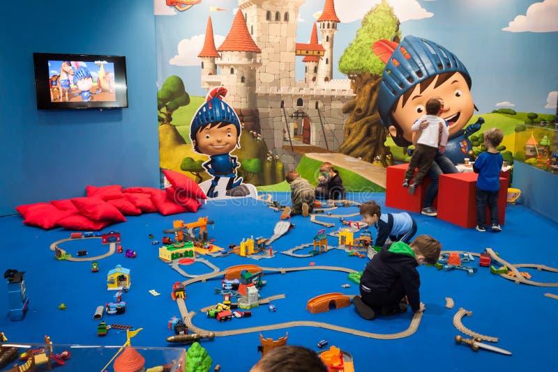 Παιδιά που παίζουν στο Γ! ελάτε giocare στο Μιλάνο, Ιταλία στοκ φωτογραφίες με δικαίωμα ελεύθερης χρήσης