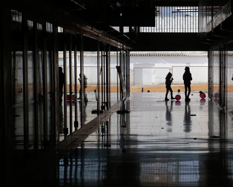 Παιδιά που παίζουν στο σκοτεινό διάδρομο στο σχολείο στοκ εικόνες