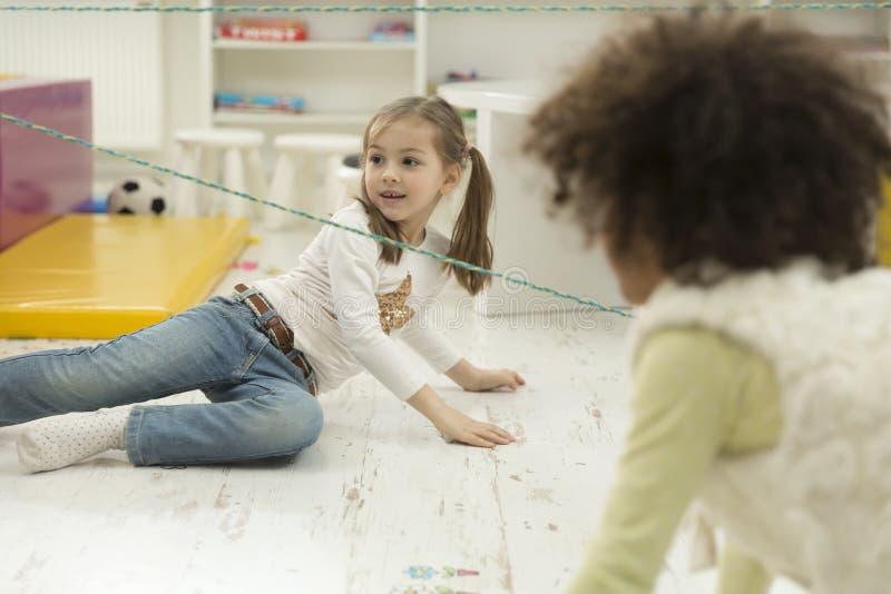 Παιδιά που παίζουν στο χώρο για παιχνίδη στοκ φωτογραφία