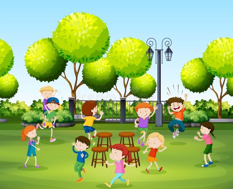 Παιδιά που παίζουν την καρέκλα μουσικής στο πάρκο ελεύθερη απεικόνιση δικαιώματος