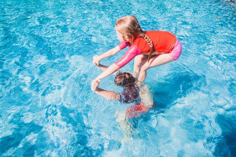 Παιδιά που παίζουν την πισίνα στοκ φωτογραφίες