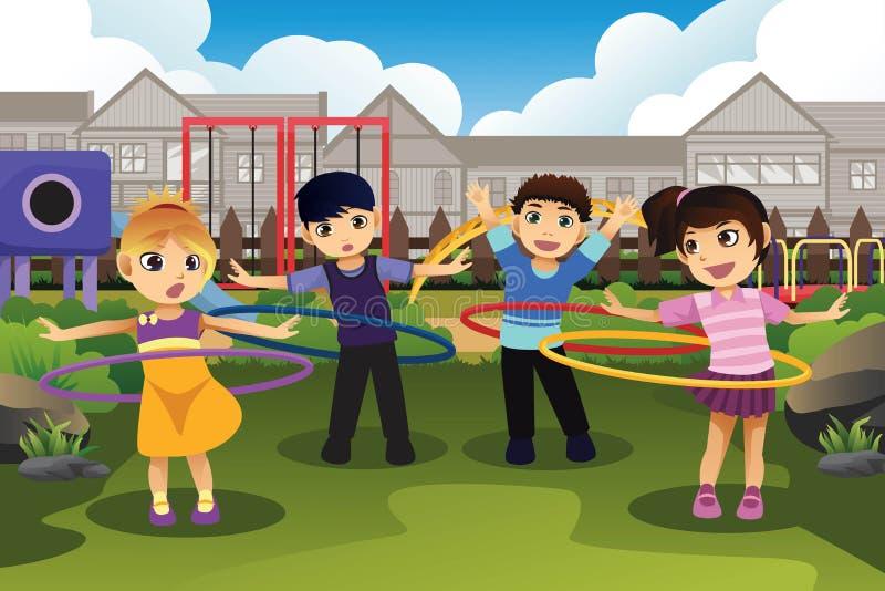 Παιδιά που παίζουν τη στεφάνη hula στο πάρκο ελεύθερη απεικόνιση δικαιώματος