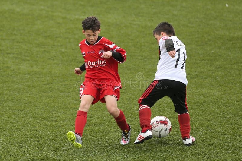 Παιδιά που παίζουν το ποδόσφαιρο ή το ποδόσφαιρο στοκ φωτογραφία με δικαίωμα ελεύθερης χρήσης
