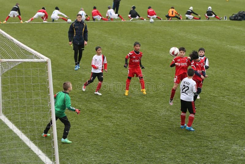Παιδιά που παίζουν το ποδόσφαιρο ή το ποδόσφαιρο στοκ φωτογραφία