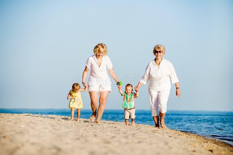Παιδιά που περπατούν με τη μητέρα και τη γιαγιά της στοκ φωτογραφία