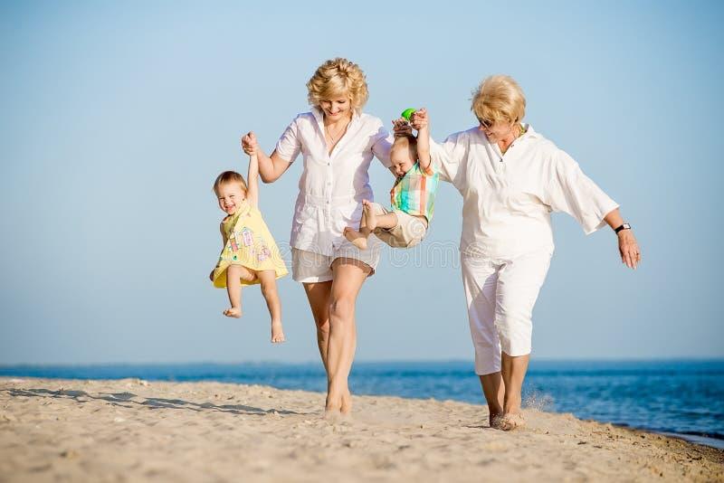 Παιδιά που περπατούν με τη μητέρα και τη γιαγιά της στοκ εικόνα με δικαίωμα ελεύθερης χρήσης