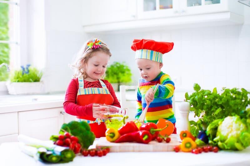 Παιδιά που προετοιμάζουν το υγιές φυτικό μεσημεριανό γεύμα στοκ φωτογραφία με δικαίωμα ελεύθερης χρήσης