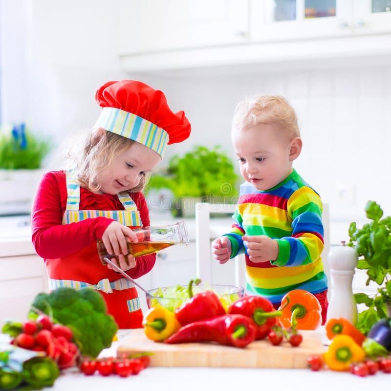 Παιδιά που προετοιμάζουν το υγιές φυτικό μεσημεριανό γεύμα στοκ φωτογραφίες με δικαίωμα ελεύθερης χρήσης