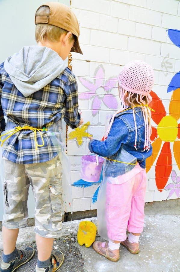 Παιδιά που σύρουν τα γκράφιτι στοκ φωτογραφίες