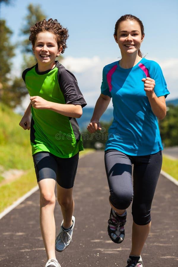 Παιδιά που τρέχουν, άλμα υπαίθριο στοκ φωτογραφίες με δικαίωμα ελεύθερης χρήσης