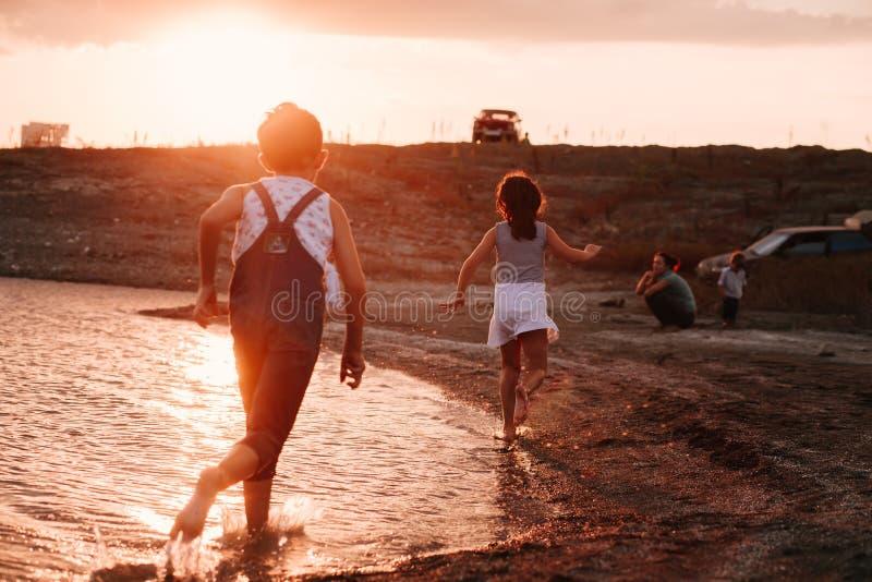 Παιδιά που τρέχουν κατά μήκος της παραλίας στοκ φωτογραφίες με δικαίωμα ελεύθερης χρήσης