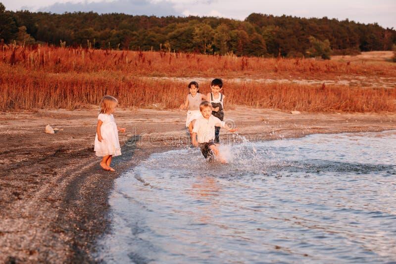 Παιδιά που τρέχουν κατά μήκος της παραλίας στοκ φωτογραφία με δικαίωμα ελεύθερης χρήσης