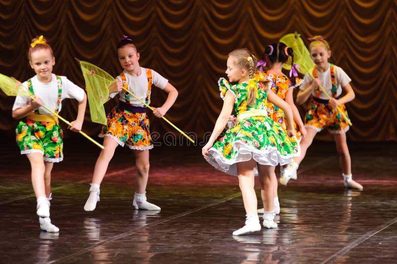 Παιδιά που χορεύουν στη σκηνή στοκ φωτογραφίες με δικαίωμα ελεύθερης χρήσης