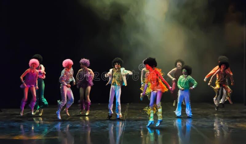 Παιδιά που χορεύουν στη σκηνή στοκ εικόνα με δικαίωμα ελεύθερης χρήσης