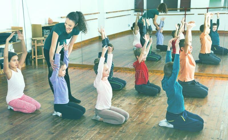 Παιδιά που χορεύουν contemp στο στούντιο που χαμογελά και που έχει τη διασκέδαση στοκ φωτογραφίες με δικαίωμα ελεύθερης χρήσης