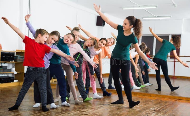 Παιδιά που χορεύουν contemp στο στούντιο που χαμογελά και που έχει τη διασκέδαση στοκ φωτογραφία με δικαίωμα ελεύθερης χρήσης