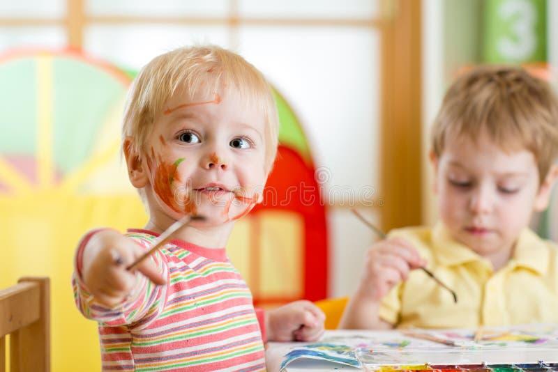 Παιδιά που χρωματίζουν στο σπίτι στοκ εικόνες