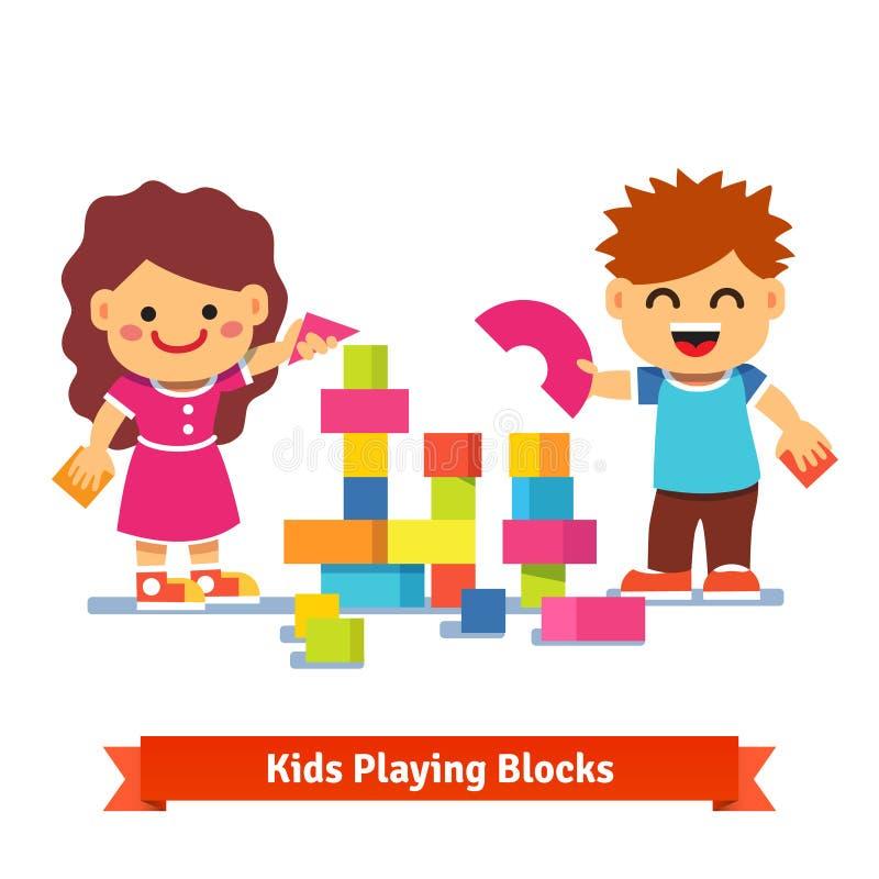 Παιδιά που χτίζουν τον πύργο με τους ζωηρόχρωμους ξύλινους φραγμούς ελεύθερη απεικόνιση δικαιώματος