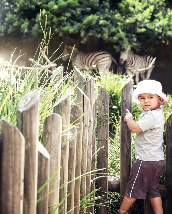 Παιδιά σε έναν ζωολογικό κήπο στοκ εικόνες