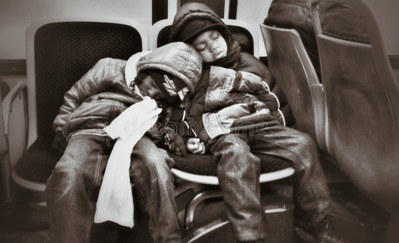 Παιδιά σε ένα λεωφορείο στοκ φωτογραφίες