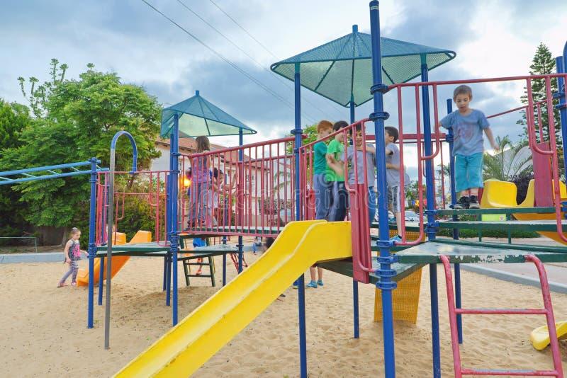 Παιδιά σε μια παιδική χαρά στοκ φωτογραφία