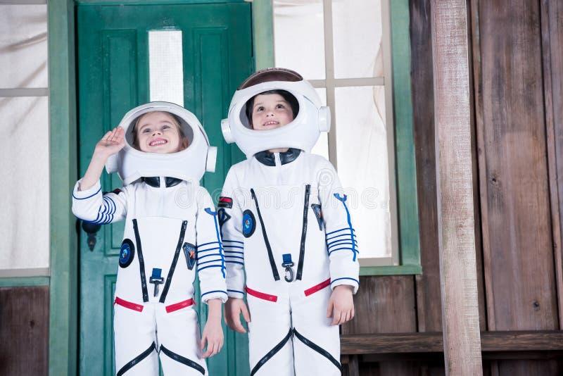 Παιδιά στα κοστούμια αστροναυτών στοκ εικόνες με δικαίωμα ελεύθερης χρήσης