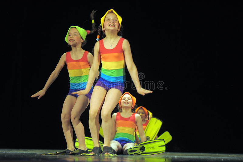 Παιδιά στα κοστούμια λουσίματος που χορεύουν στη σκηνή στοκ εικόνες με δικαίωμα ελεύθερης χρήσης