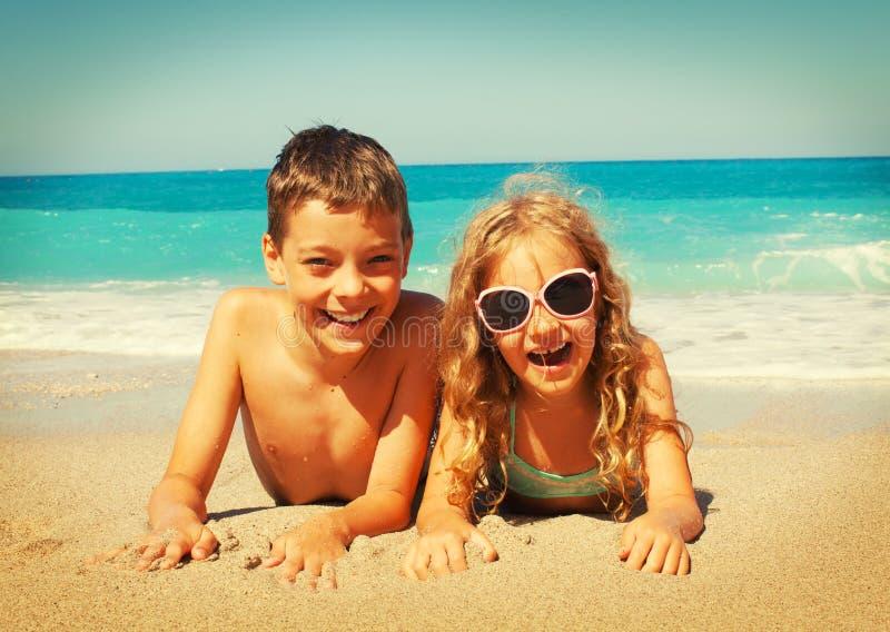 Παιδιά στην παραλία στοκ φωτογραφία με δικαίωμα ελεύθερης χρήσης