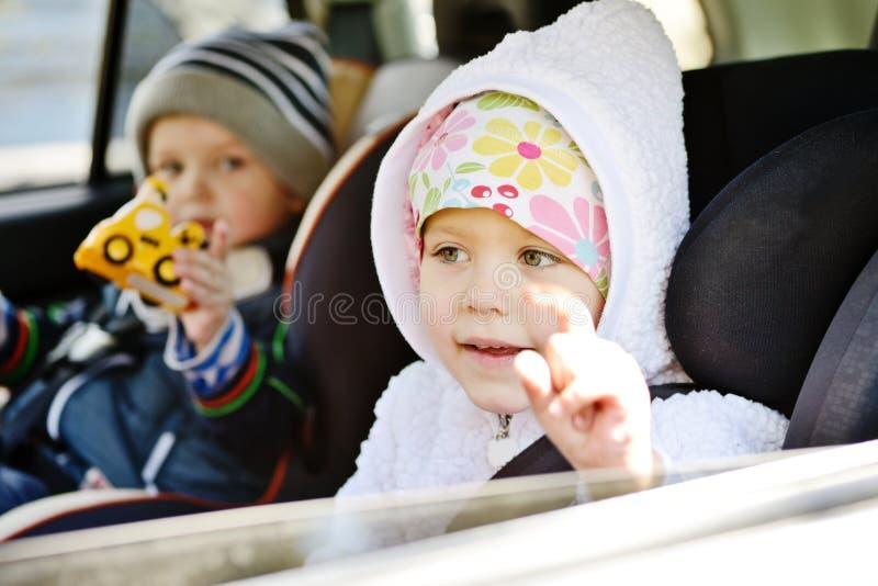 Παιδιά στο αυτοκίνητο στοκ φωτογραφία με δικαίωμα ελεύθερης χρήσης
