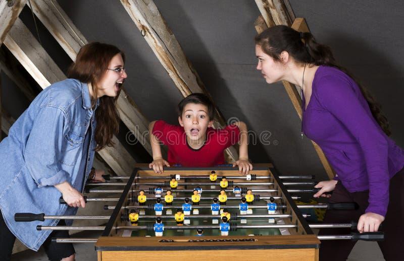 Παιδιά στο επιτραπέζιο ποδόσφαιρο στοκ εικόνες