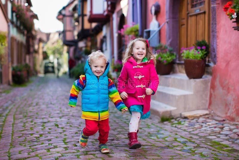 Παιδιά στο ιστορικό κέντρο πόλεων στη Γαλλία στοκ φωτογραφίες με δικαίωμα ελεύθερης χρήσης