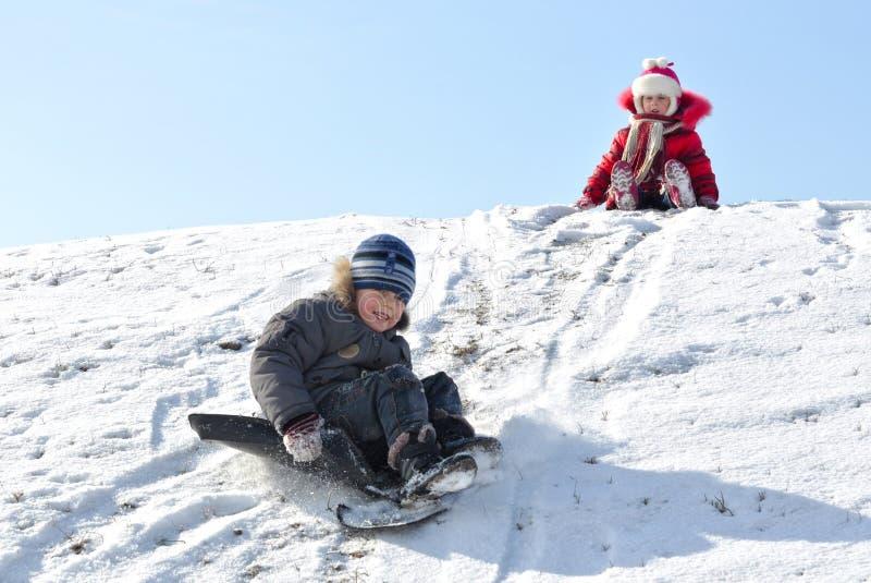 Παιδιά στο χειμερινό Hill. στοκ εικόνα με δικαίωμα ελεύθερης χρήσης