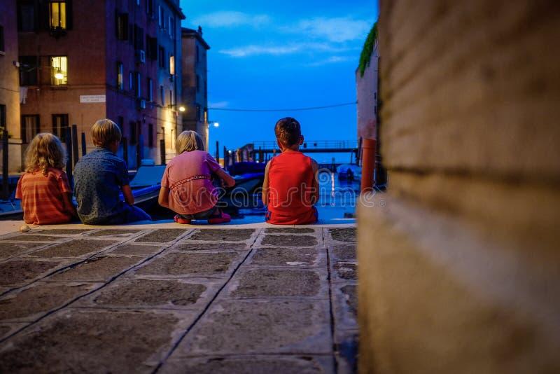 Παιδιά το βράδυ στο ηλιοβασίλεμα στην οδό της Βενετίας στοκ εικόνα