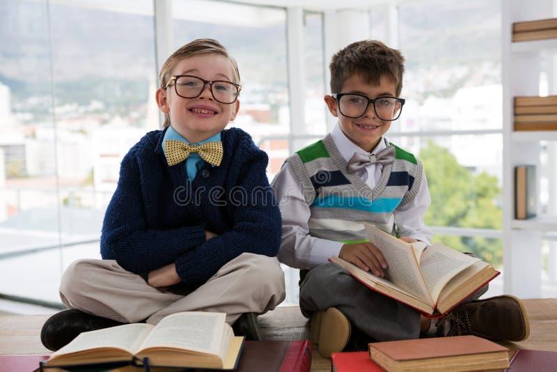 Παιδιά ως συνεδρίαση ανώτατων στελεχών επιχείρησης σε έναν πίνακα στοκ εικόνες