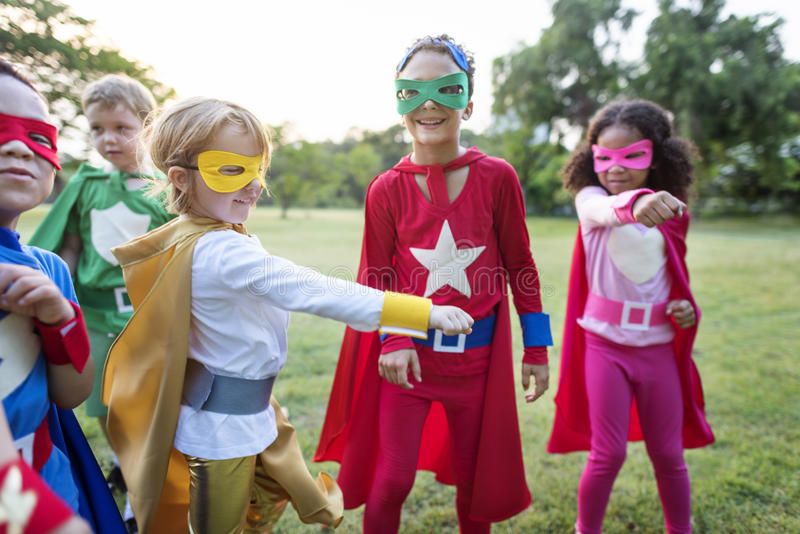 Παιδιά Superheroes που παίζουν υπαίθρια από κοινού στοκ εικόνα
