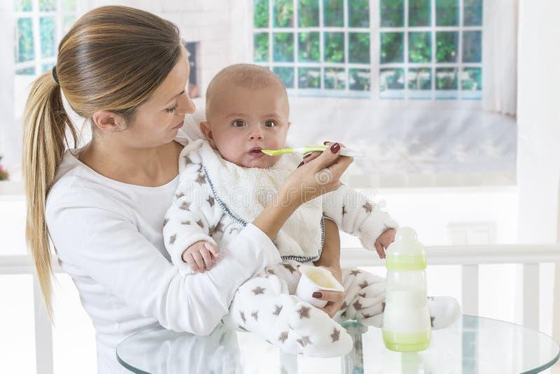 Παιδικές τροφές σίτισης μητέρων στοκ φωτογραφία με δικαίωμα ελεύθερης χρήσης