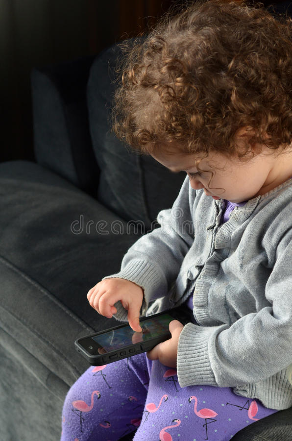 Παιδικό παιχνίδι στο κινητό τηλέφωνο στοκ εικόνα