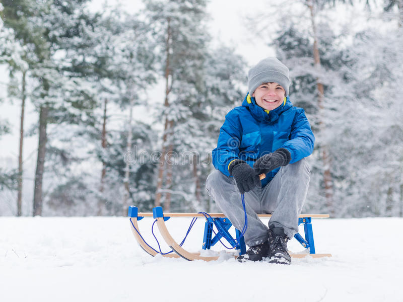 Παιδικό παιχνίδι στο χιόνι με το έλκηθρο στοκ φωτογραφίες