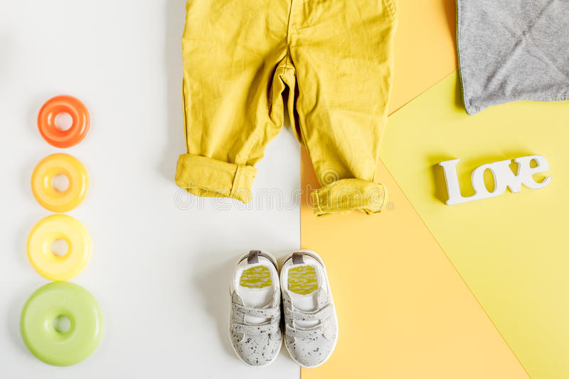 Παιδιών μοντέρνη τοπ άποψη υποβάθρου συνόλου άσπρη και κίτρινη χρωματισμένη στοκ εικόνες
