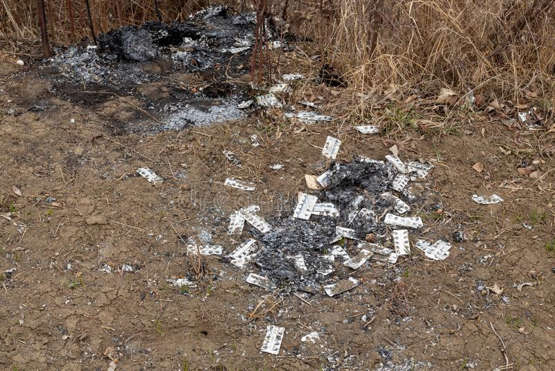 Πακέτα φουσκαλών απορριμμάτων που αφήνονται από το κυλώντας meth εργαστήριο - Rinasek και Apselan είναι φαρμακευτική ιατρική φαρμ στοκ εικόνα