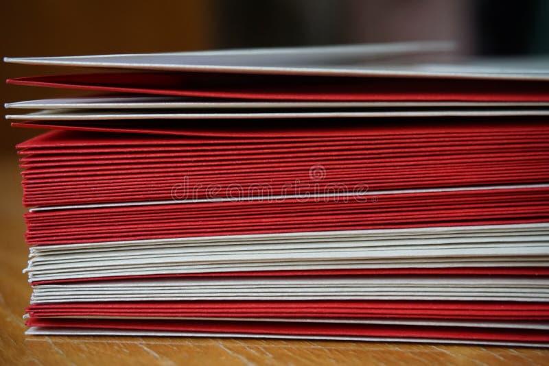 Πακέτο των κόκκινων και ασημένιων (μαργαριταρένιων) φακέλων στοκ εικόνες