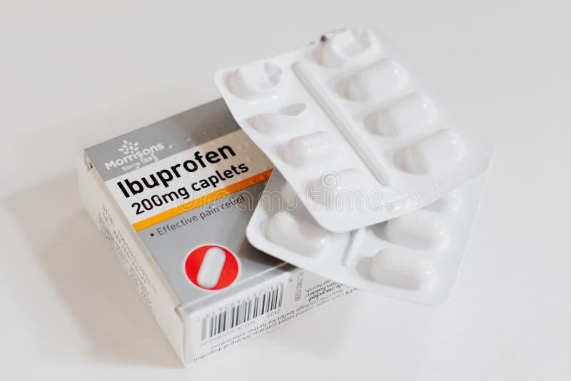Πακέτο Ibuprofen των παυσιπόνων, κινηματογράφηση σε πρώτο πλάνο με τα πακέτα φουσκαλών των ταμπλετών στοκ φωτογραφία με δικαίωμα ελεύθερης χρήσης