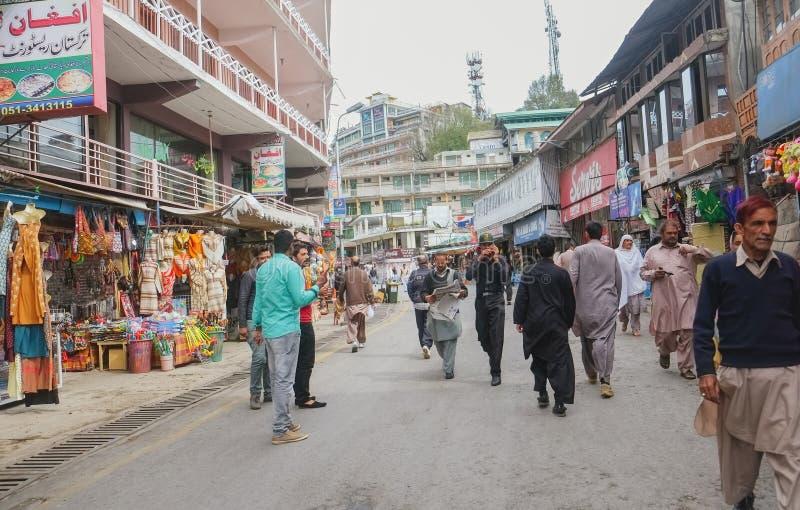 Πακιστανικά άτομα στο παραδοσιακό φόρεμα που περπατούν γύρω από την περιοχή αγορών στο δρόμο λεωφόρων, Muree στοκ φωτογραφία